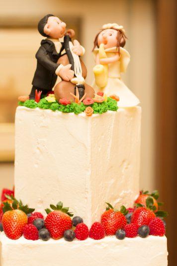 ウェディングケーキは楽器を奏でる二人がモチーフでした