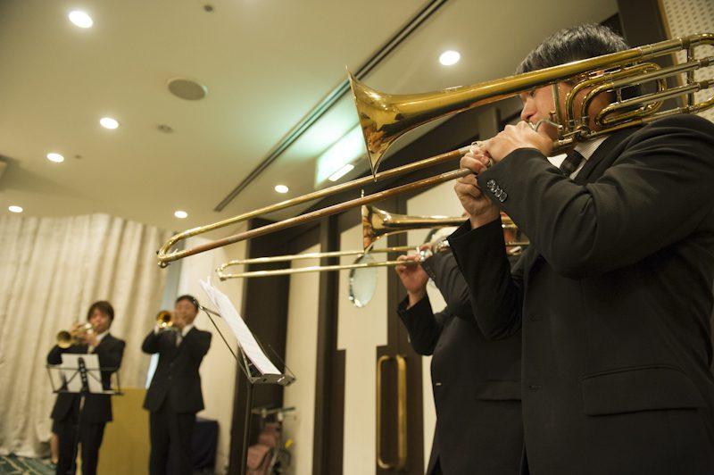 管楽器のファンファーレでパーティーがスタート