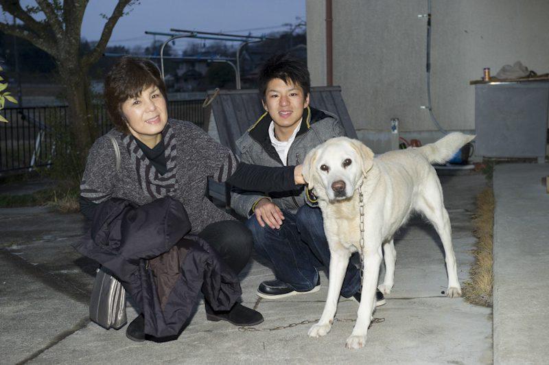 ユーキさんの実家でお母様、愛犬ロビンと記念撮影