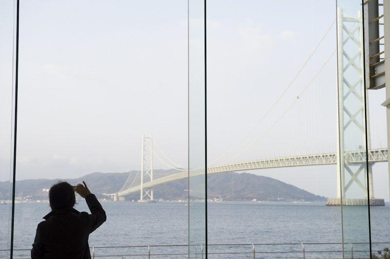 目の前に明石海峡大橋が広がります