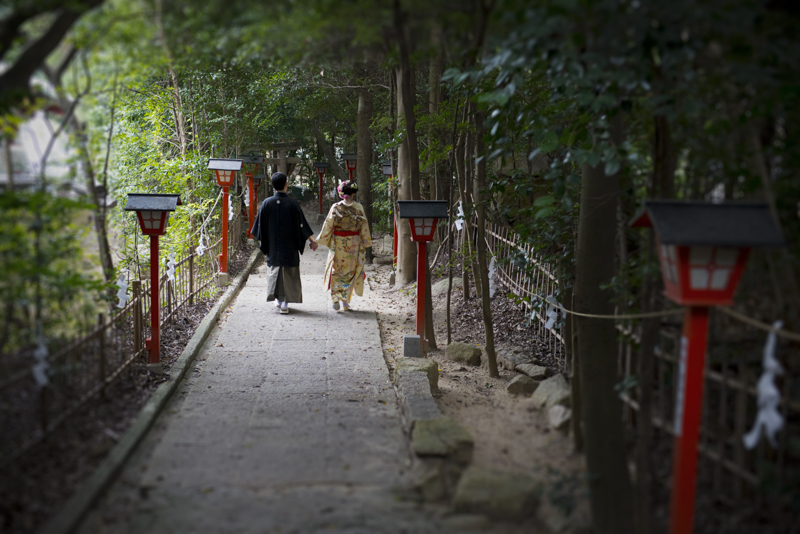 ヨシヒロさんにとって思い出たっぷりの超木岩神社に結婚の報告